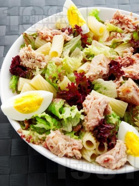 Зелена салата с макарони, варени яйца и риба тон - снимка на рецептата